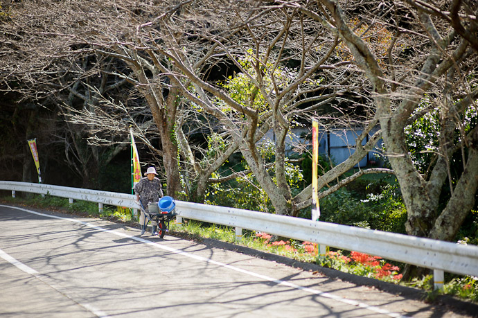 Commuting to Work -- Ikoma, Nara, Japan -- Copyright 2011 Jeffrey Friedl, http://regex.info/blog/