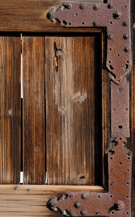 desktop background image of detail of the rusted entrance gate, at the Kajuji Temple (勧修寺), Kyoto Japan  --  Entrance Gate Detail Kajuji Temple (勧修寺) Kyoto, Japan  --  Kajyuuji Temple (勧修寺)  --  Copyright 2011 Jeffrey Friedl, http://regex.info/blog/
