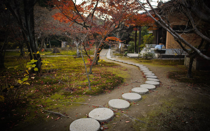 desktop background image of the garden at the Kajuji Temple (勧修寺), Kyoto Japan  --  Kajyuuji Temple (勧修寺)  --  Copyright 2011 Jeffrey Friedl, http://regex.info/blog/