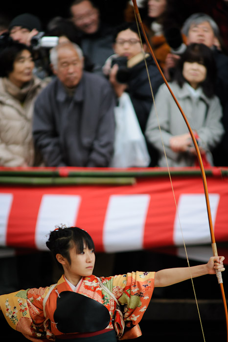 a female Japanese traditional archer in traditional clothes (通し矢)