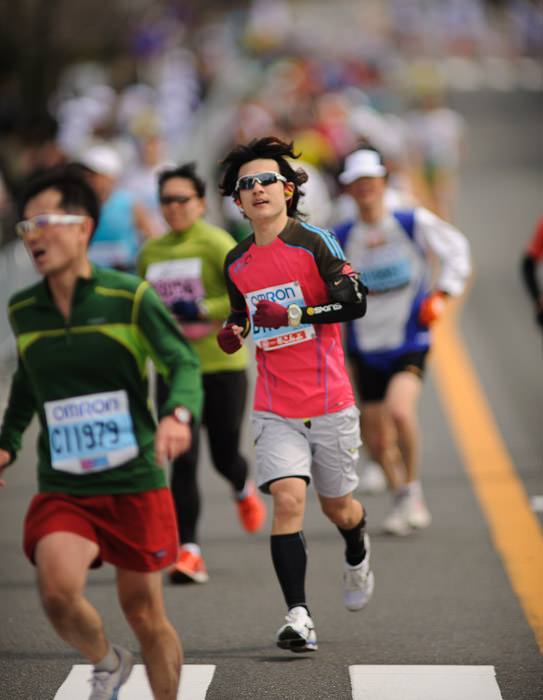 Some Folks Just Look -- Kyoto City Marathon (京都マラソン) -- Kyoto, Japan -- Copyright 2012 Jeffrey Friedl, http://regex.info/blog/