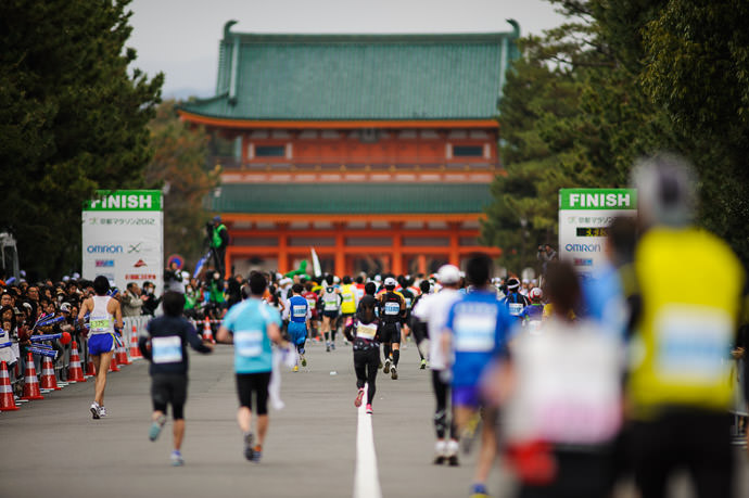 Not Very Satisfying photographically speaking -- Kyoto City Marathon (京都マラソン) -- Kyoto, Japan -- Copyright 2012 Jeffrey Friedl, http://regex.info/blog/