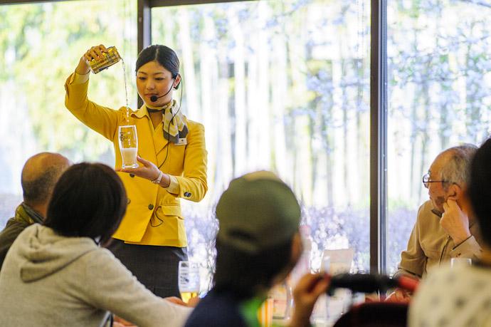 Initial Pour to produce the head?  --  Suntory Beer Kyoto Brewery  --  Nagaokakyo, Kyoto, Japan  --  Copyright 2012 Jeffrey Friedl, http://regex.info/blog/