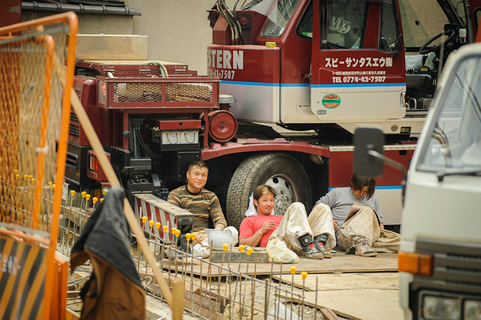 Lunch Break at a construction site  --  Kyoto, Japan  --  Copyright 2012 Jeffrey Friedl, http://regex.info/blog/