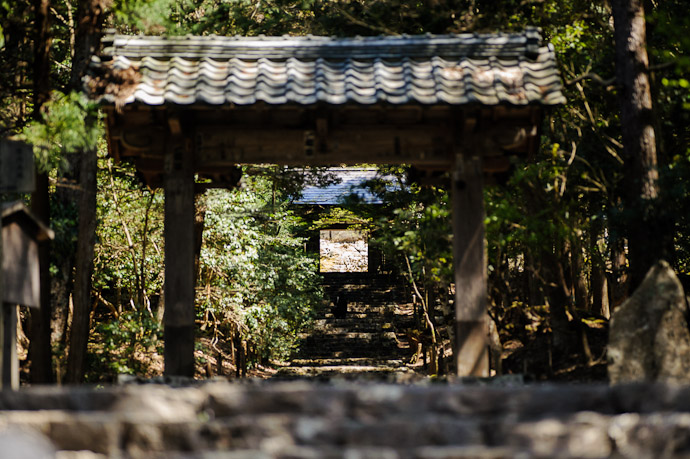 Path to the Entrance Gate from the public street  --  Joushoukou-ji Temple (常照皇寺)  --  Kyoto, Japan  --  Copyright 2012 Jeffrey Friedl, http://regex.info/blog/