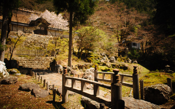 desktop background image of the entrance garden at the Joshoko-ji Temple (常照皇寺) in the mountains of northern Kyoto Japan  --  Bridge and Steps leading to the (rarely-used) imperial entrance  --  Joushoukou-ji Temple (常照皇寺)  --  Copyright 2012 Jeffrey Friedl, http://regex.info/blog/