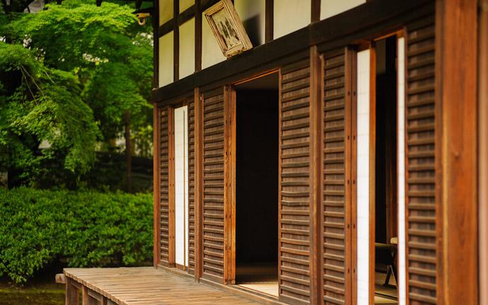 desktop background image of a garden-side veranda, at the Koumyou-in Temple (光明院), Kyoto Japan  --  Veranda  --  Koumyou-in Temple (光明院)  --  Copyright 2012 Jeffrey Friedl, http://regex.info/blog/