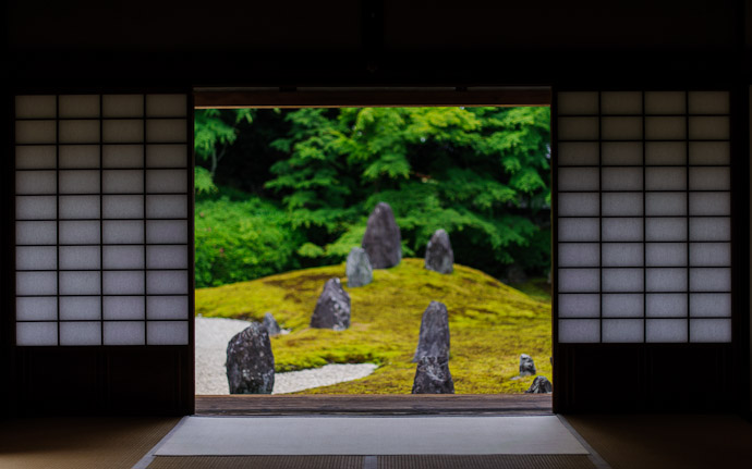 desktop background image of a peaceful garden view, at the Koumyou-in Temple (光明院), Kyoto Japan  --  Garden View  --  Koumyou-in Temple (光明院)  --  Copyright 2012 Jeffrey Friedl, http://regex.info/blog/