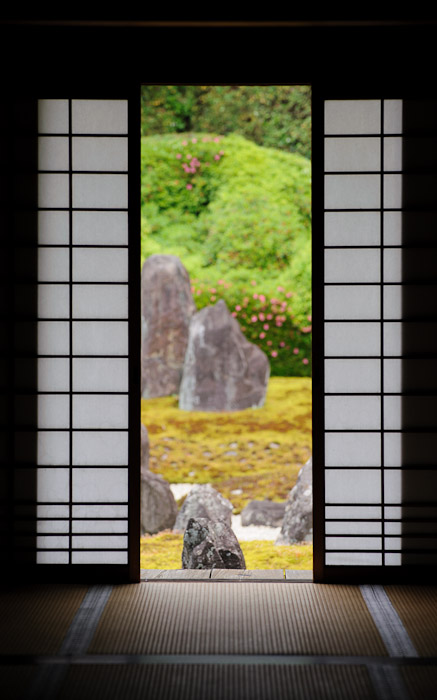 desktop background image of a peaceful temple garden view at the Koumyou-in Temple (), Kyoto Japan  --  Be My Guest... Koumyou-in Temple (), Kyoto Japan  --  Koumyou-in Temple ()  --  Copyright 2012 Jeffrey Friedl, http://regex.info/blog/