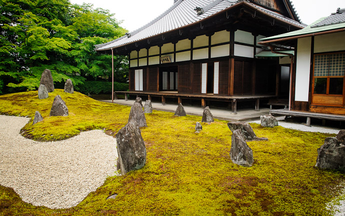 desktop background image of a peaceful temple garden view at the Koumyou-in Temple (), Kyoto Japan  --  Japanese Aesthetic  --  Koumyou-in Temple ()  --  Copyright 2012 Jeffrey Friedl, http://regex.info/blog/