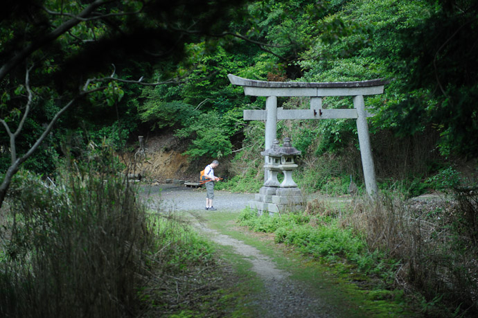 Pause at a tricky turn in the path  --  Kyoto, Japan  --  Copyright 2012 Jeffrey Friedl, http://regex.info/blog/