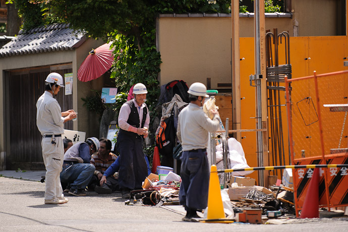 Unfazed by the Transit  --  Kyoto, Japan  --  Copyright 2012 Jeffrey Friedl, http://regex.info/blog/
