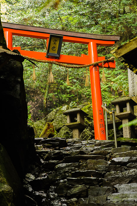 Inviting  --  Kuuya-taki Waterfall (空也滝)  --  Kyoto, Japan  --  Copyright 2012 Jeffrey Friedl, http://regex.info/blog/