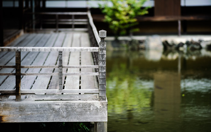 desktop background image of a balcony overlooking a lake, at the Shouseien Temple (渉成園), Kyoto Japan  --  Balcony  --  Shouseien Temple (渉成園)  --  Copyright 2012 Jeffrey Friedl, http://regex.info/blog/