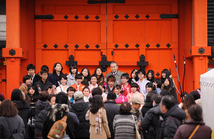 Group Shot with their teacher -- Sanjusangendo Temple (三十三間堂) -- Kyoto , Kyoto, Japan -- Copyright 2015 Jeffrey Friedl, http://regex.info/blog/