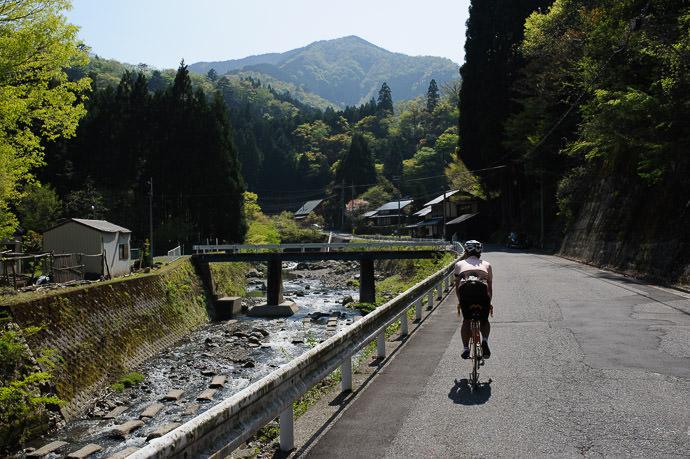 Bypassed Road 2:10pm - taken while moving at 17 kph (11 mph) -- Otsu, Shiga, Japan -- Copyright 2015 Jeffrey Friedl, http://regex.info/blog/