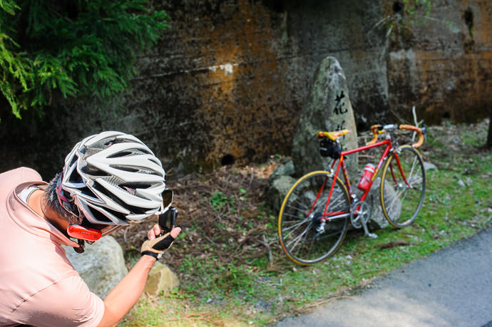 Photo Op at the Top 2:39pm - Hanaore Pass (花折峠) -- Otsu, Shiga, Japan -- Copyright 2015 Jeffrey Friedl, http://regex.info/blog/