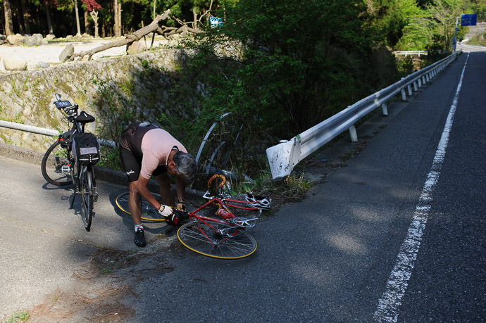 Taking the Tire Off -- Otsu, Shiga, Japan -- Copyright 2015 Jeffrey Friedl, http://regex.info/blog/