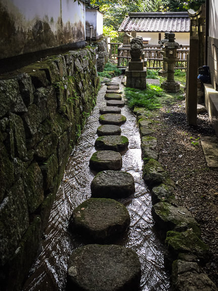 Heading Back -- Ushio Kannon Temple (牛尾観音) -- Kyoto, Japan -- Copyright 2016 Jeffrey Friedl, http://regex.info/blog/