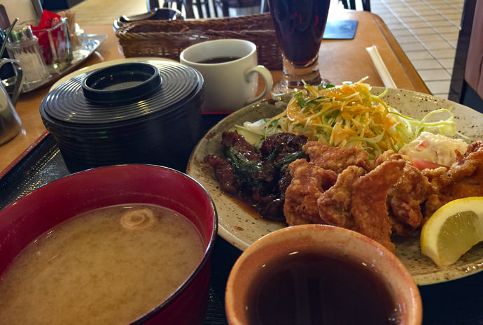 Beef and Chicken Set and Coke and coffee and tea かめたに -- Toyono-gun, Osaka, Japan -- Copyright 2017 Jeffrey Friedl, http://regex.info/blog/