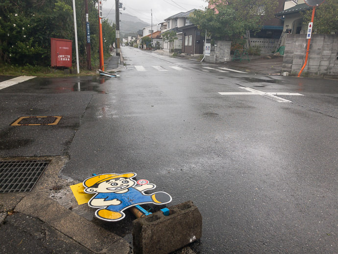 Blown-Over Tobidashi-kun -- Hieidaira Nichome Bus Stop -- Otsu, Shiga, Japan -- Copyright 2018 Jeffrey Friedl, http://regex.info/blog/