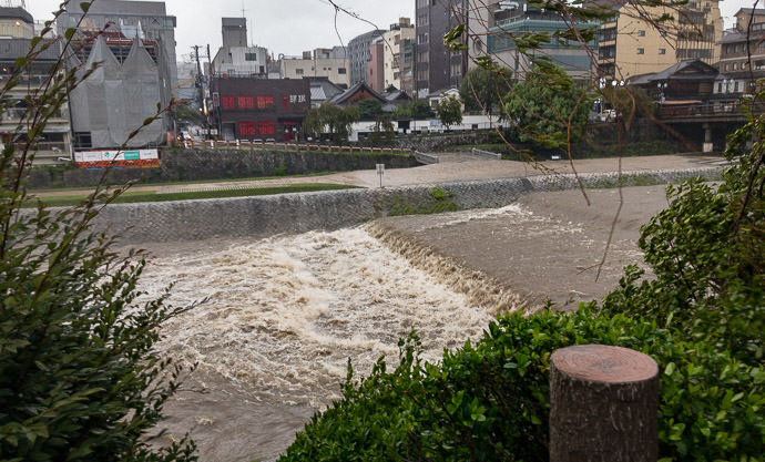 Kamo River Seems Fine no problems, unlike previous times like this and this -- Oike Bridge -- Kyoto, Japan -- Copyright 2018 Jeffrey Friedl, http://regex.info/blog/