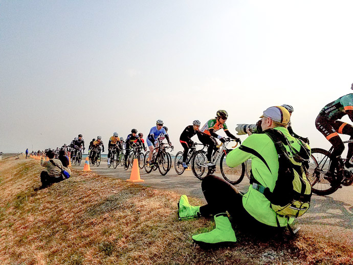 Me Photographing Ionut who's in the middle of the pack during this first lap photo by Manseki Kanemitsu -- 第5回守山野洲川クリテリウム -- Copyright 2017 Manseki Kanemitsu