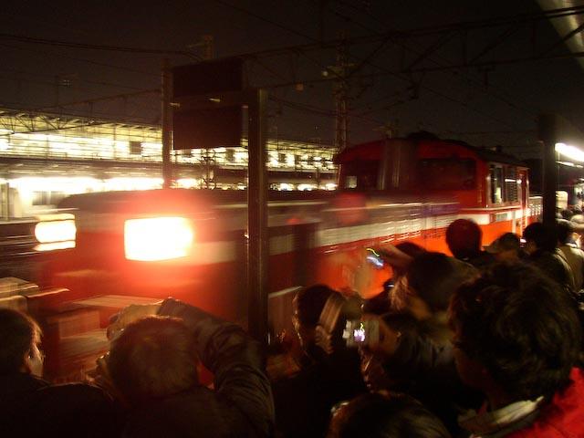 0.5 sec, f/2.9, ISO 200 — full exif Adoring Fans -- Copyright 2006 Katsunori Shimada, http://regex.info/blog/
