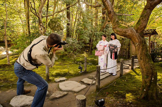 Me making the wigglegram 私です。ポールさんが撮って下さった写真 photo by Paul Barr -- Kyoto, Japan -- Copyright 2015 Paul Barr